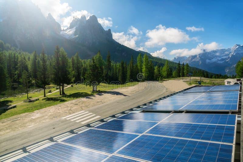 Zonnecelpaneel in de berglandschap van het land stock afbeeldingen