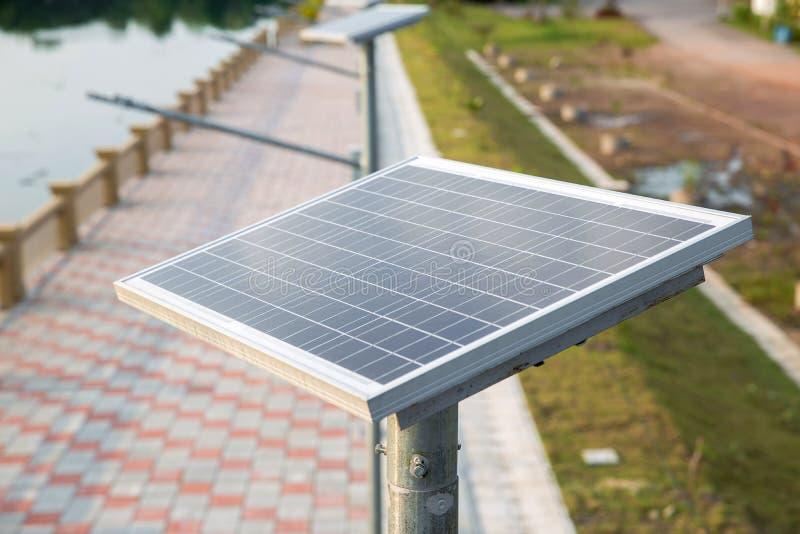 Zonnecelplaat op de gangmanier naast de rivier zonne-energie voor omgezet in stroom royalty-vrije stock foto's