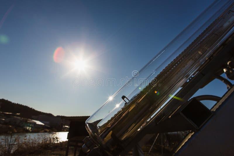 Zonnecollector Het water wordt verwarmd gebruikend zonne-energie royalty-vrije stock afbeeldingen