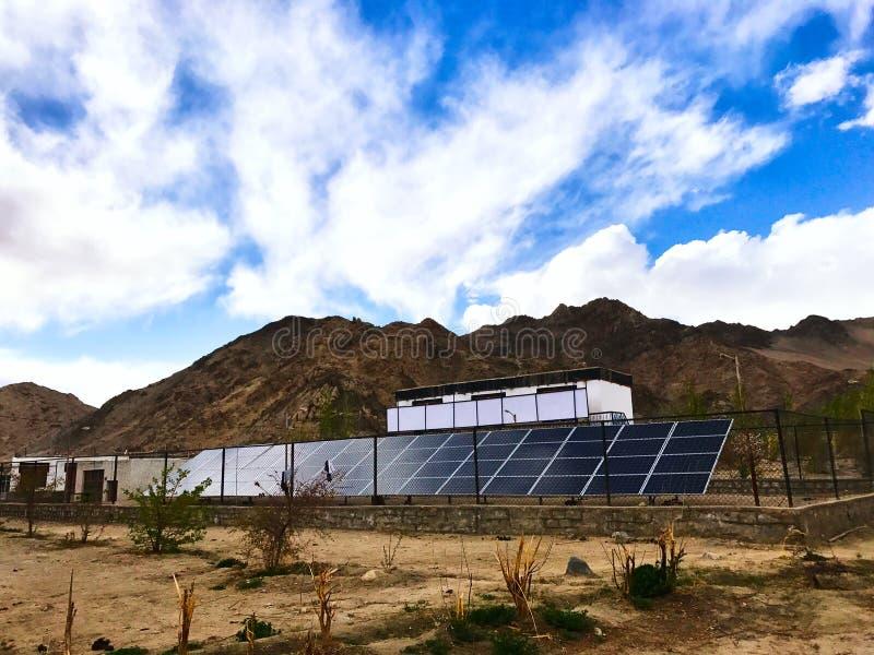 Zonneelektrische centrale die bij hoge hoogte wordt geïnstalleerd - Laddakh, India royalty-vrije stock foto's