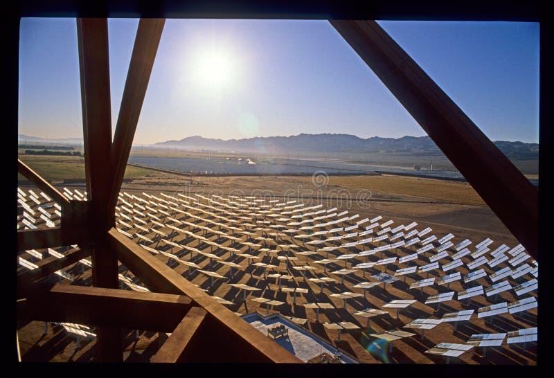 Zonneinstallatiebouw in de Woestijn van Californië Mojave royalty-vrije stock afbeeldingen