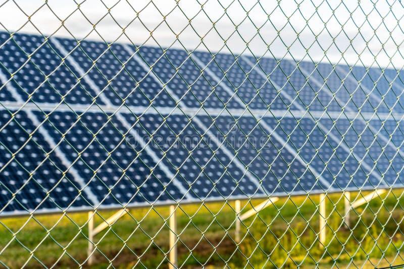 Zonnelandbouwbedrijf met photovoltaic panelen achter de omheining royalty-vrije stock foto