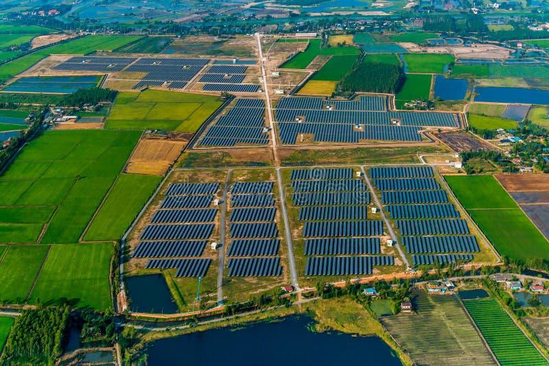Zonnelandbouwbedrijfzonnepanelen royalty-vrije stock foto