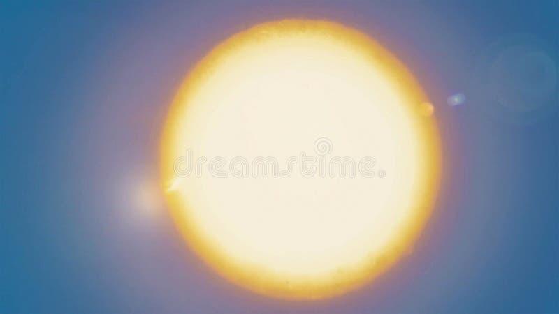 Zonnelensgloed op blauwe hemelachtergrond in woestijn royalty-vrije stock foto
