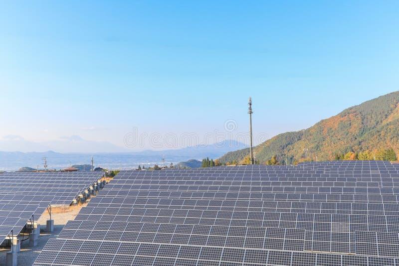 Download Zonnemachtspanelen, Photovoltaic Modules Voor Innovatie Groene En Stock Afbeelding - Afbeelding bestaande uit groep, licht: 107705651