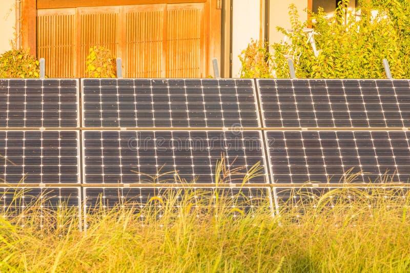 Download Zonnemachtspanelen Voor Innovatie Groene Energie Voor Het Leven Met Blu Stock Foto - Afbeelding bestaande uit milieu, wolken: 107705516