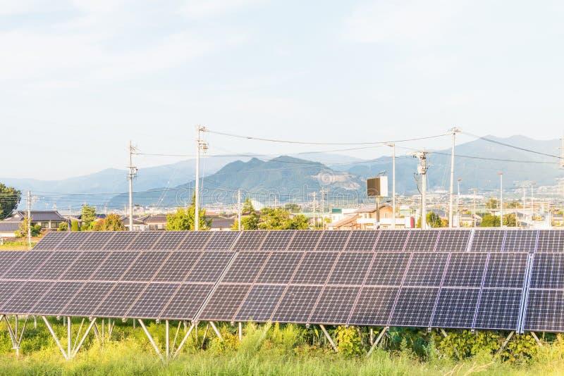 Download Zonnemachtspanelen Voor Innovatie Groene Energie Voor Het Leven Met Hemel Stock Afbeelding - Afbeelding bestaande uit sluit, gebied: 107705581