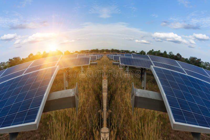 Zonnepaneel, alternatieve elektriciteitsbron - het concept duurzame middelen, en dit zijn een nieuw systeem dat kan produceren royalty-vrije stock fotografie