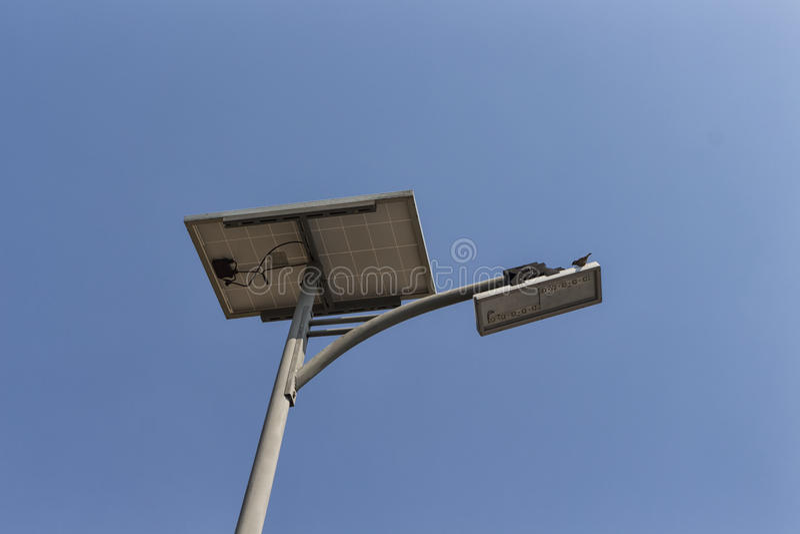 Zonnepaneel en LEIDENE straatlantaarn stock fotografie