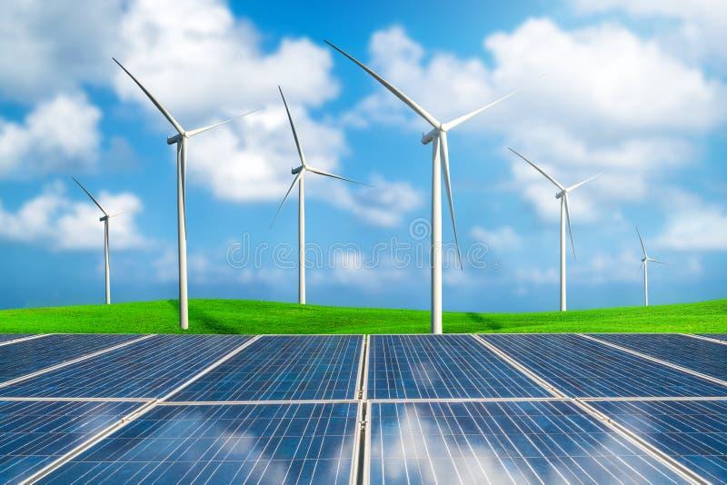 Zonnepaneel en windturbineslandbouwbedrijf op groene heuvels royalty-vrije stock foto