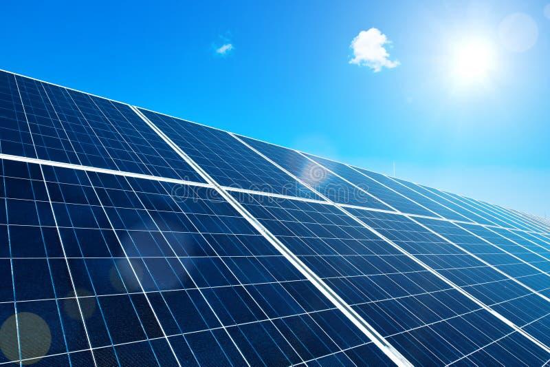 Zonnepaneel met Zon stock afbeelding