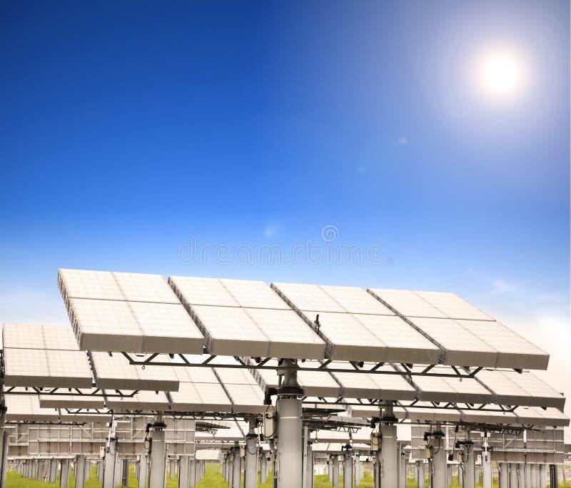 Zonnepaneel met zon volgend systeem stock foto's