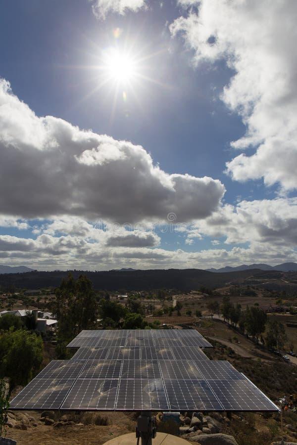 Zonnepaneel onder zon stock afbeeldingen
