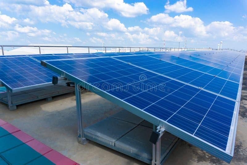 Zonnepaneel op blauwe hemelachtergrond, Alternatieve energieconcept, C stock afbeeldingen