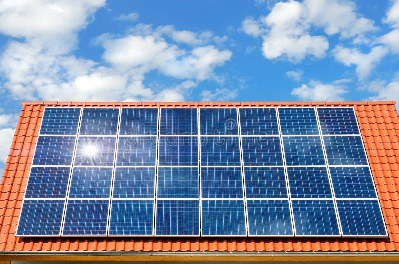 Zonnepaneel op een dak royalty-vrije stock afbeelding