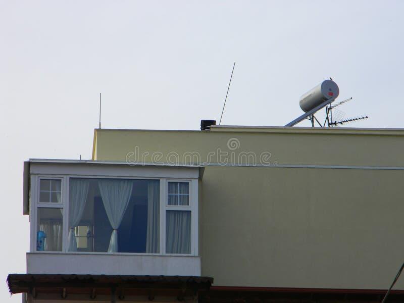 Zonnepaneel op het dak van flatblok, Tirana, Albanië stock foto's
