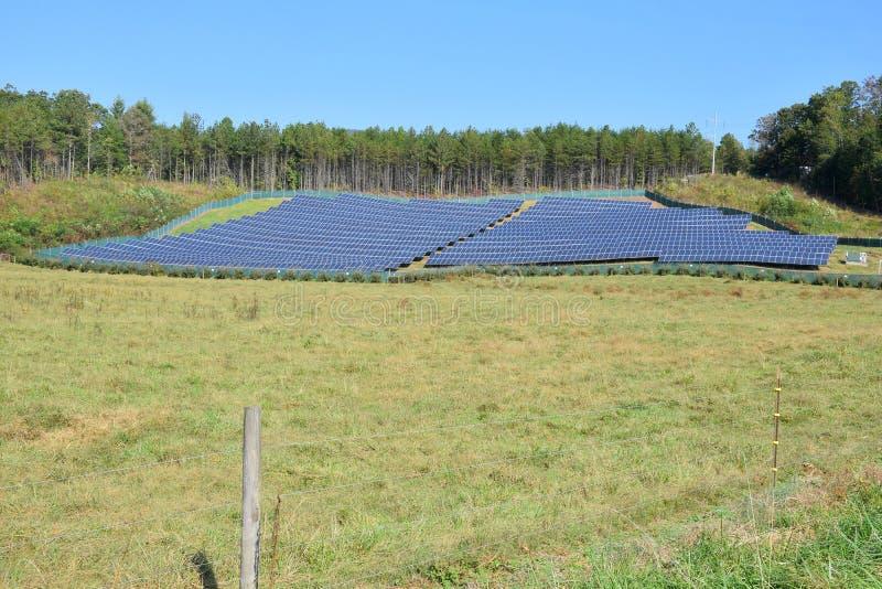 Zonnepaneelinstallatie - brede hoekfoto stock afbeelding