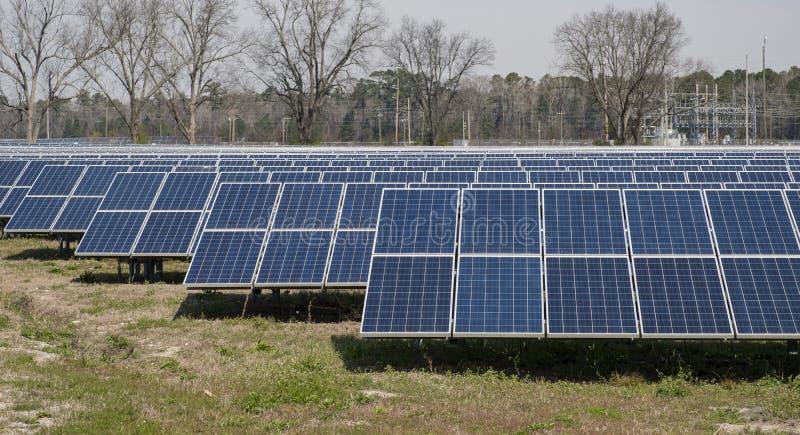 Zonnepaneellandbouwbedrijf in het land royalty-vrije stock afbeelding