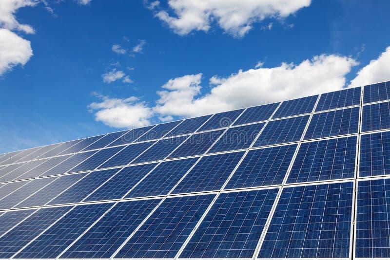 Zonnepanelen, de macht van duurzame energie royalty-vrije stock afbeelding
