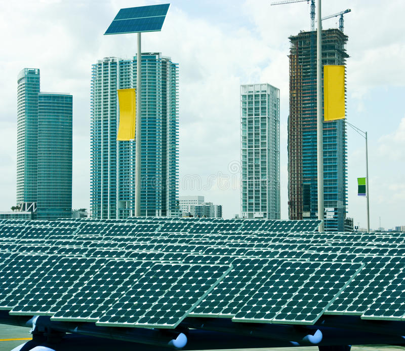 Zonnepanelen in de stad stock fotografie