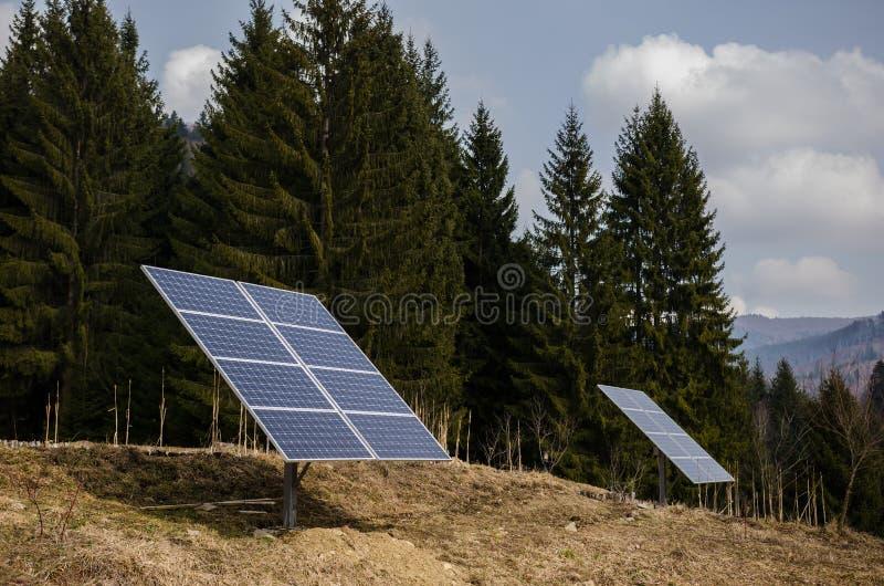 Zonnepanelen in een berggebied stock foto's