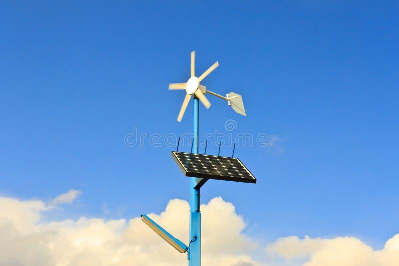 Zonnepanelen en de Vernieuwbare Energie van de Turbine van de Wind stock fotografie
