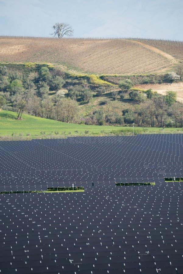 Zonnepanelen in landelijk landschap stock afbeelding