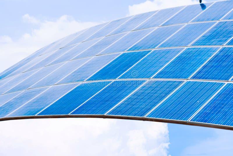 Zonnepanelen met blauwe hemel om elektriciteit te veroorzaken royalty-vrije stock foto