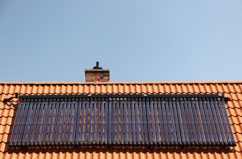 Download Zonnepanelen Op Betegeld Dak Stock Afbeelding - Afbeelding bestaande uit tegels, panelen: 39101123