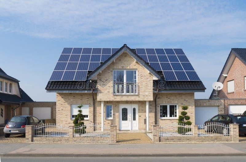 Zonnepanelen op dak royalty-vrije stock afbeeldingen
