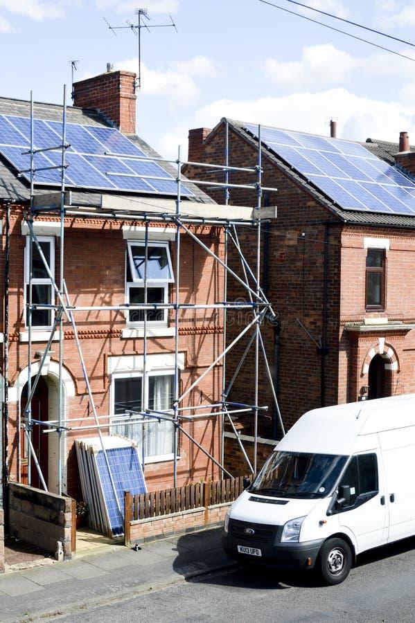 Zonnepanelen op dak stock foto's