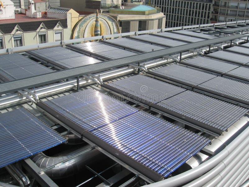 Zonnepanelen op dakbovenkant stock afbeeldingen