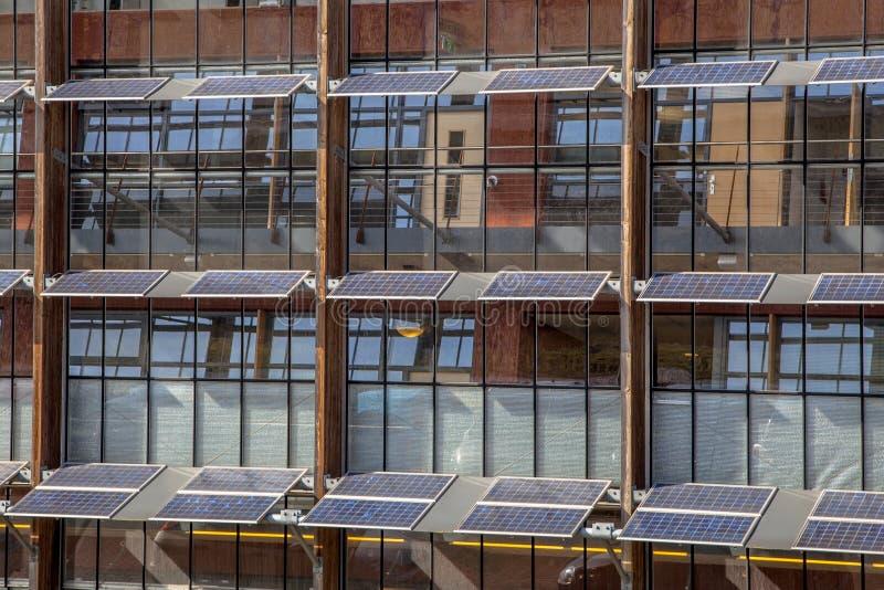 Zonnepanelen op een bureaugebouw stock foto