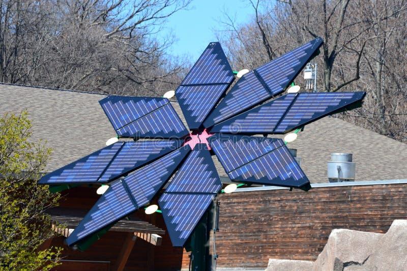 Zonnepanelen op een dak stock afbeelding