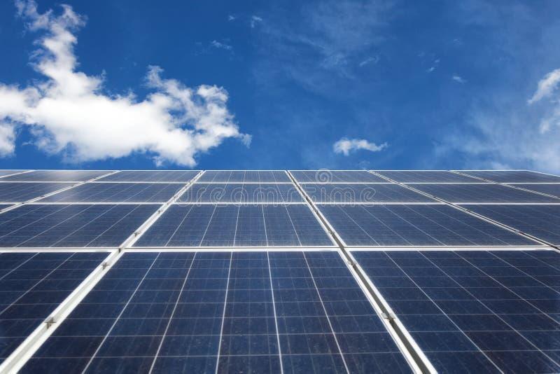 Zonnepanelen op een dak Sparen de wereld Elektrische generatie stock foto