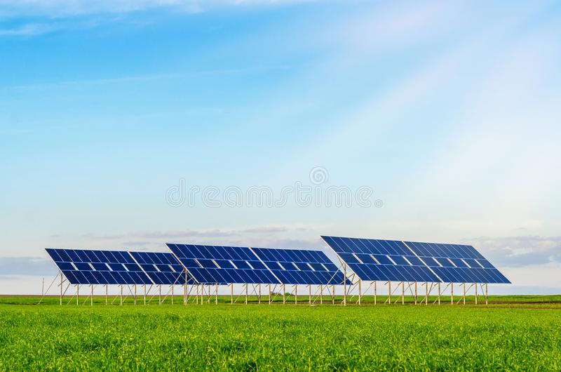 Zonnepanelen op een gebied op groen gras Milieuvriendelijk royalty-vrije stock afbeelding