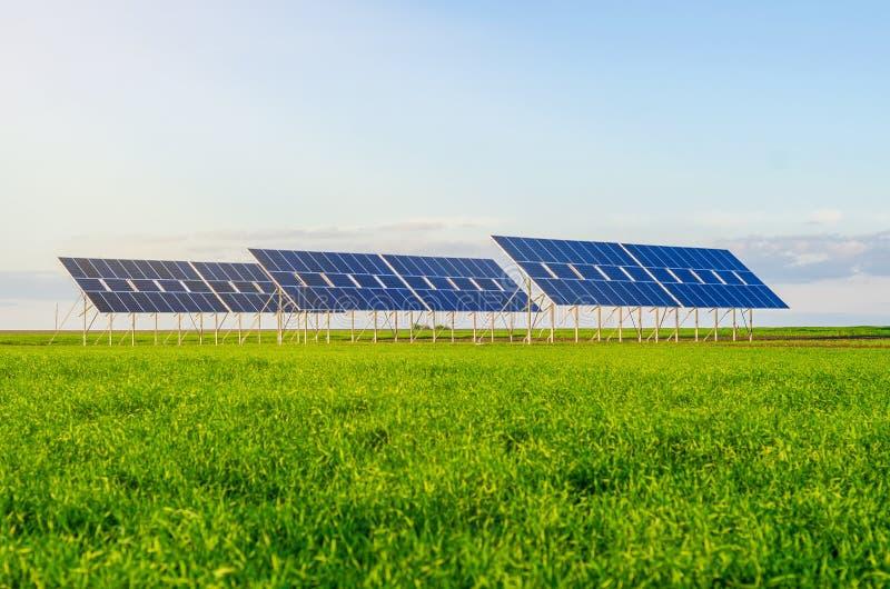 Zonnepanelen op een gebied op groen gras Milieuvriendelijk royalty-vrije stock fotografie