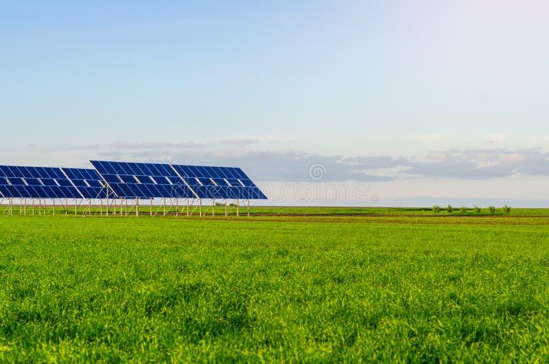 Zonnepanelen op een gebied op groen gras Milieuvriendelijk stock foto