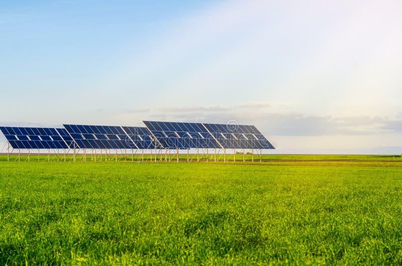 Zonnepanelen op een gebied op groen gras Milieuvriendelijk royalty-vrije stock foto's