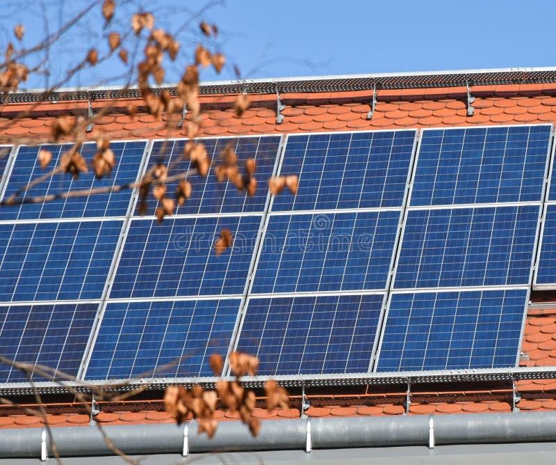 Zonnepanelen op het dak van een gebouw stock afbeelding