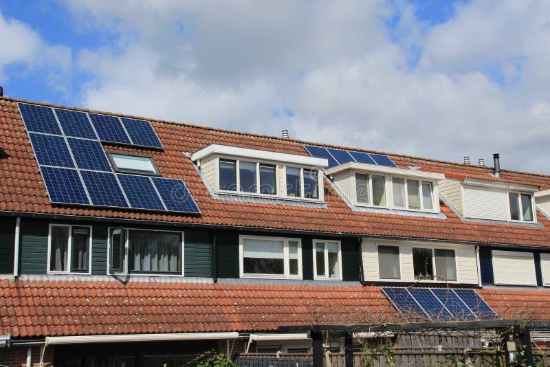 Zonnepanelen op het dak van het huis in de lente stock afbeeldingen