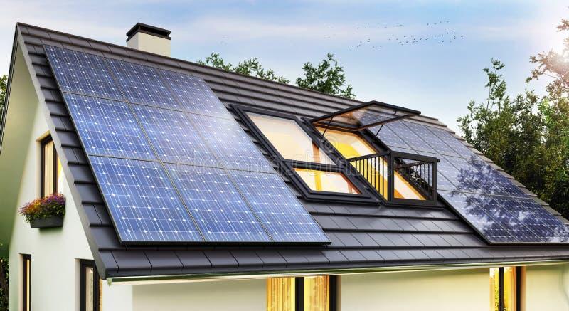 Zonnepanelen op het dak van het moderne huis stock afbeeldingen