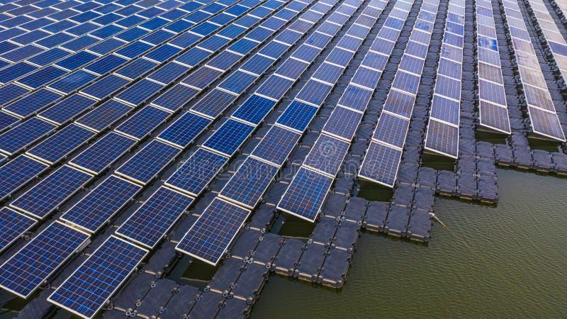 Zonnepanelen in satellietbeeld, rijenserie van polycrystalline siliciumzonnecellen of photovoltaics in zonneelektrische centrale  stock foto