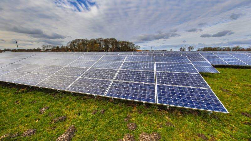Zonnepanelen van een photovoltaic systeem stock foto's