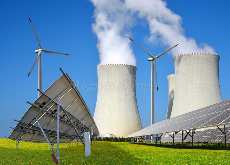 Zonnepanelen, windturbines en kernenergieinstallatie royalty-vrije stock foto's