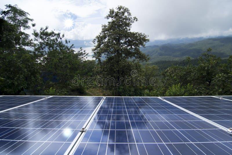 Zonnepanelen of Zonnecellenenergie voor stroom in Azië stock afbeelding