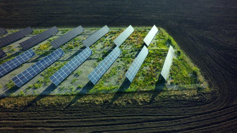 Zonnepanelenbatterij in krachtcentrale Alternatieve Energie van Th stock afbeelding