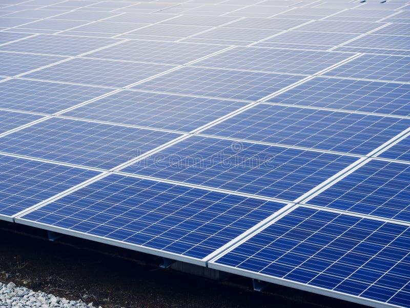 Zonnepanelenenergie - Industrie van de besparingsecologie royalty-vrije stock afbeelding