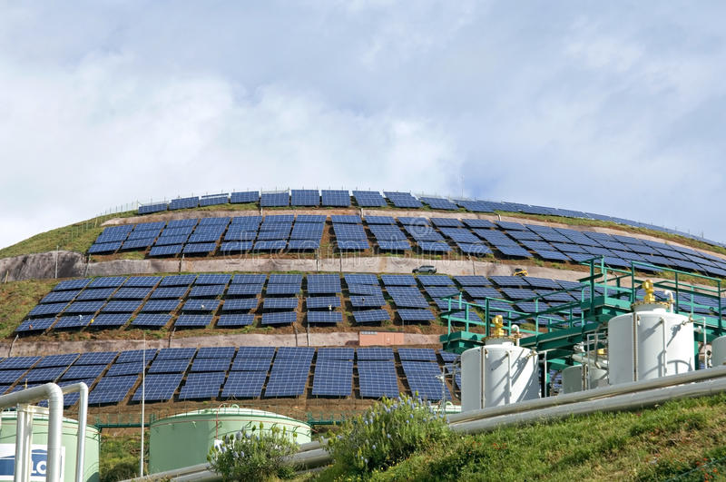 Zonnepanelenpark op het Portugese eiland Madera royalty-vrije stock fotografie