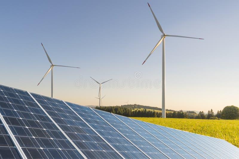 Zonnephotovoltaicspaneel en windmolens royalty-vrije stock fotografie